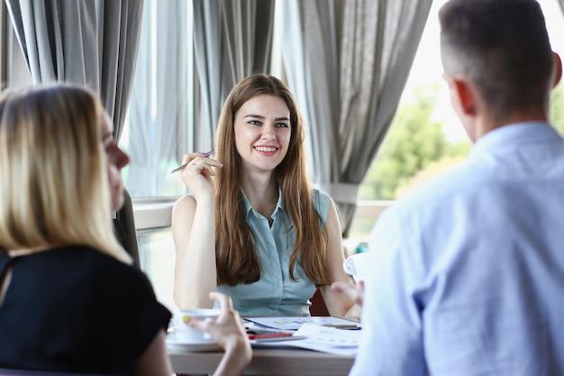 Een groep mensen die een seminar in een café bijwoont, luistert aandachtig