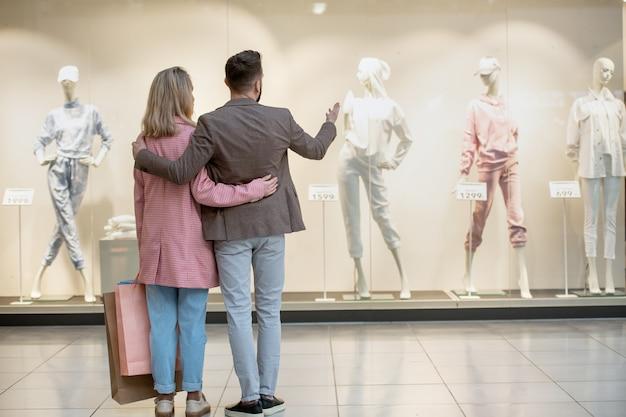 Een groep mensen die tijdens het winkelen naar een display kijkt
