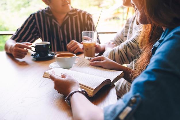 Een groep mensen genoot van praten, lezen en samen koffie drinken in café