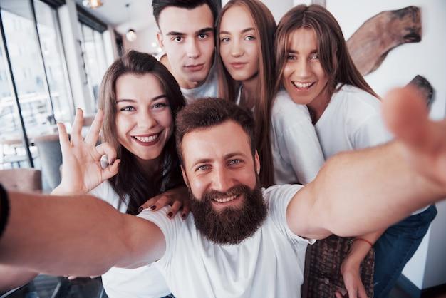 Een groep mensen maakt een selfiefoto in een café. de beste vrienden kwamen bij elkaar
