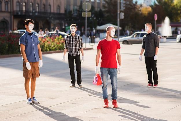 Een groep mimespelers die in het centrum van de stad poseren voor een foto