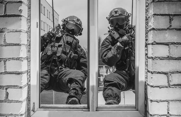 Een groep speciale strijdkrachten bestormt het gebouw door het raam