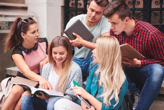 Een groep studenten die samenwerkt