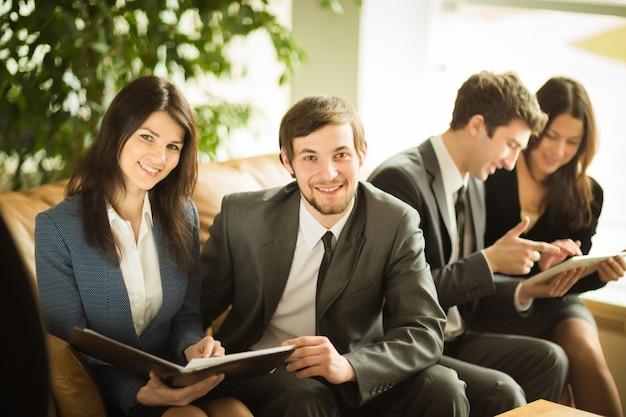 Een groep succesvolle zakenlieden. bespreking van het belangrijke contract van het bedrijf.