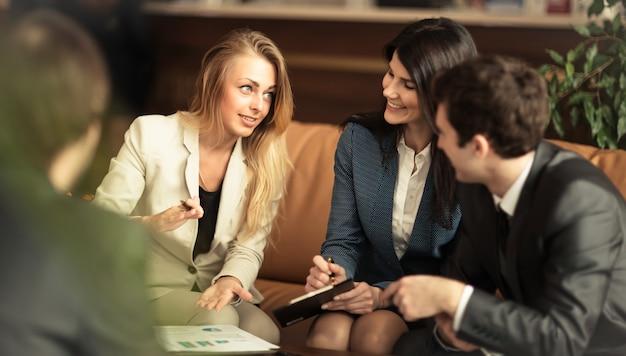 Een groep succesvolle zakenlieden. om een belangrijk onderwerp met collega's te bespreken
