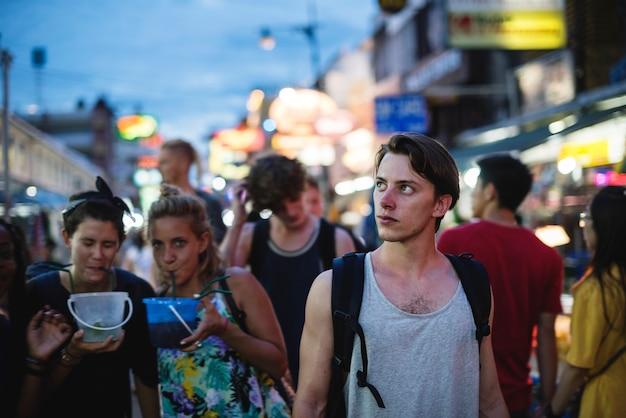 Een groep toerist die emmer van dranken in khao san road, bangkok, thailand genieten