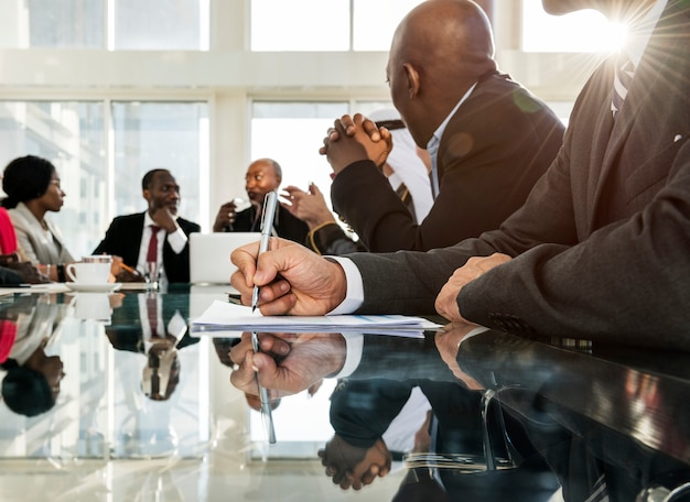 Een groep van internatonale zakenmensen in een vergadering