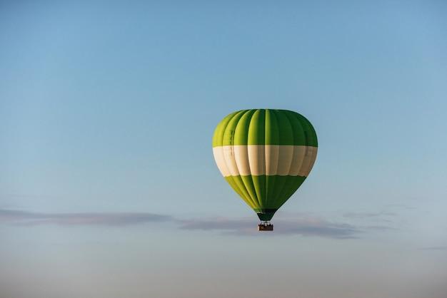 Een groep van kleurrijke hete lucht ballonnen tegen