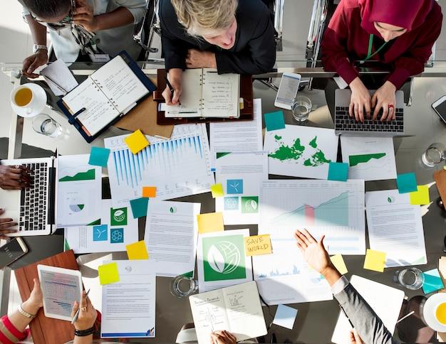 Een groep van mensen uit het bedrijfsleven in een ontmoeting over milieu
