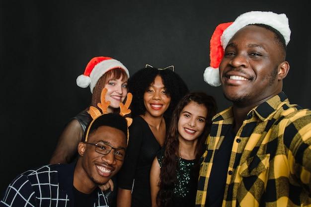 Een groep vrienden die een kerstselfie maken