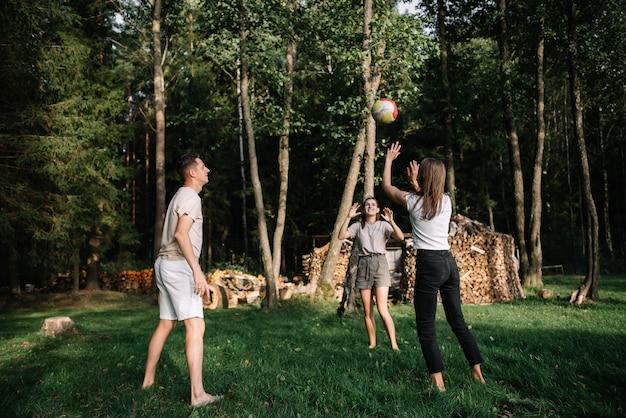 Een groep vrienden die volleybal speelt in het park