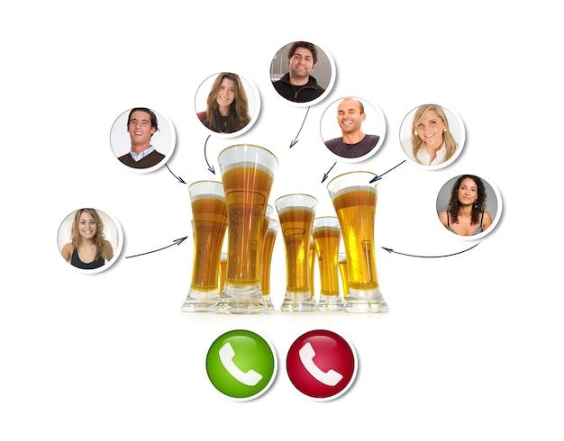 Een groep vrienden in een videogesprek rond een groep bieren