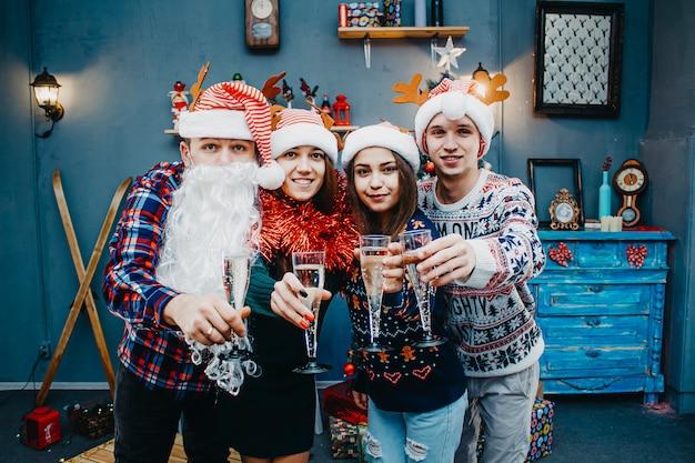 Een groep vrienden met de kerstman viert het nieuwe jaar.