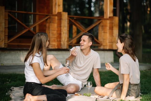 Een groep vrienden op een picknick in het bos die het naar hun zin heeft
