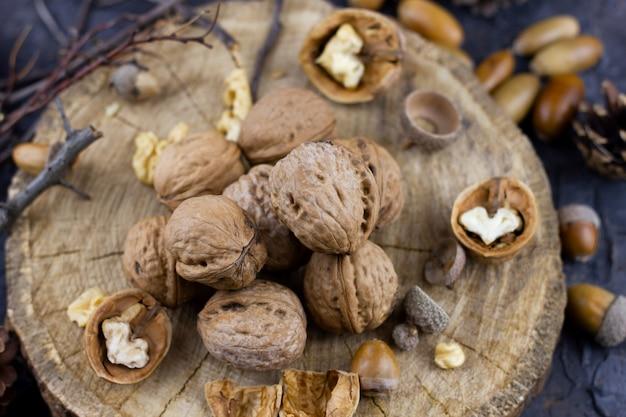 Een groep walnoten op donker. hazelnoten geoogst in de herfst