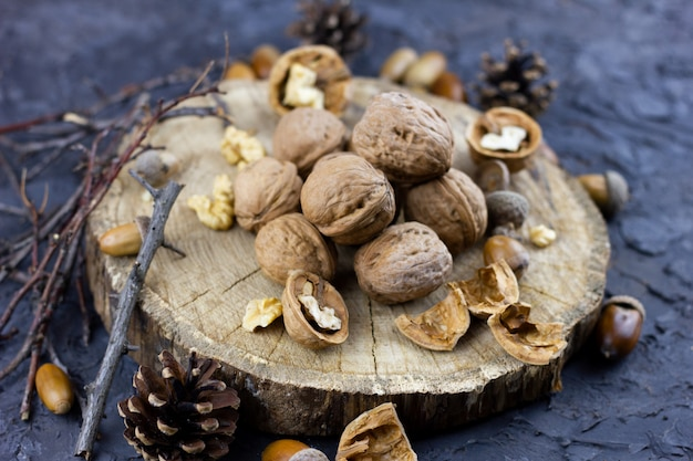 Een groep walnoten op een donkere, een concept voor het winterseizoen. hazelnoten geoogst in de herfst