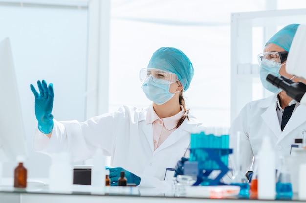 Een groep wetenschappers die online gegevens in het laboratorium bespreken