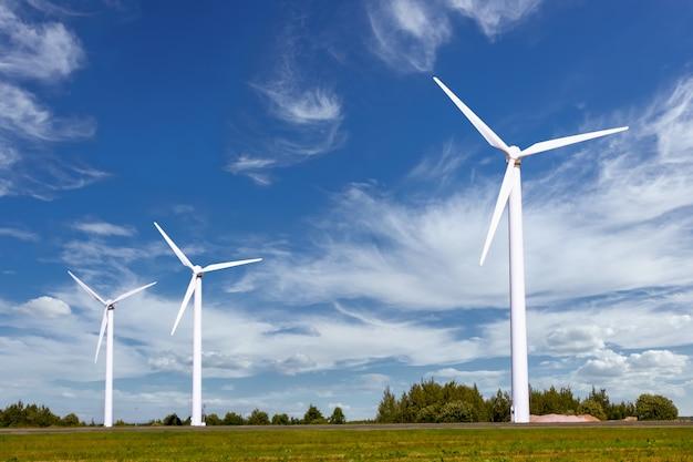 Een groep windmolens voor het opwekken van duurzame elektriciteit
