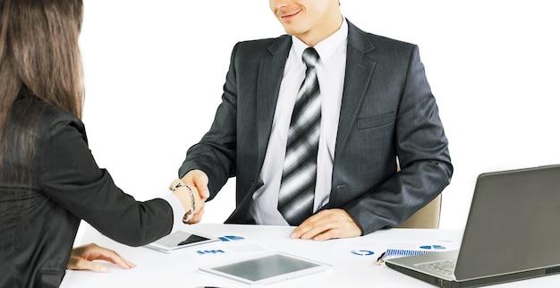 Een groep zakenlieden die het beleid van het bedrijf in t bespreken