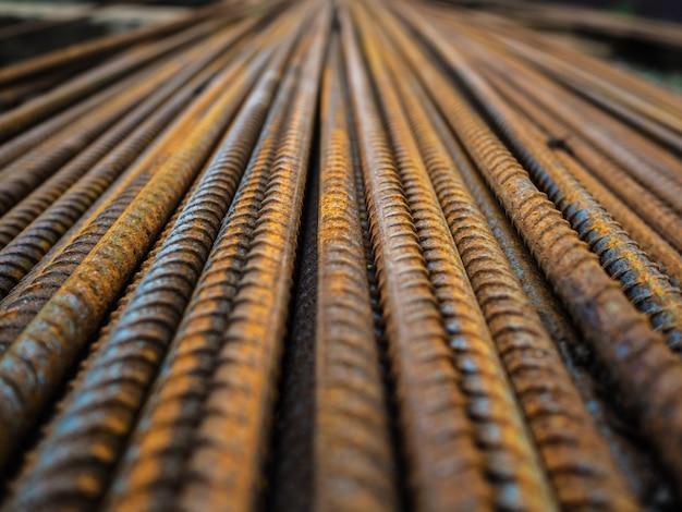 Een groot aantal armaturen. roestige ijzeren staven voor constructie. versterking van betonconstructies