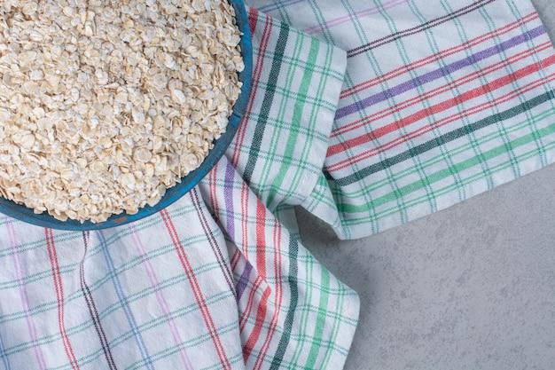 Een groot blad met kortkorrelige rijst op een handdoek op marmer.