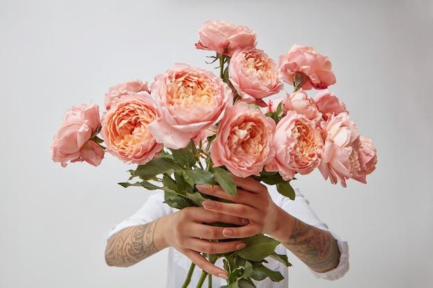 Een groot boeket roze rozen meisje in handen, concept voor valentijnsdag of moederdag