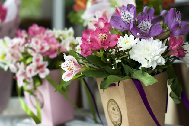 Een groot boeket van veelkleurige alstroemeria's in de bloemenwinkel