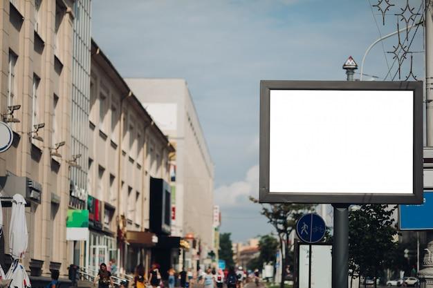 Een groot bord op straat