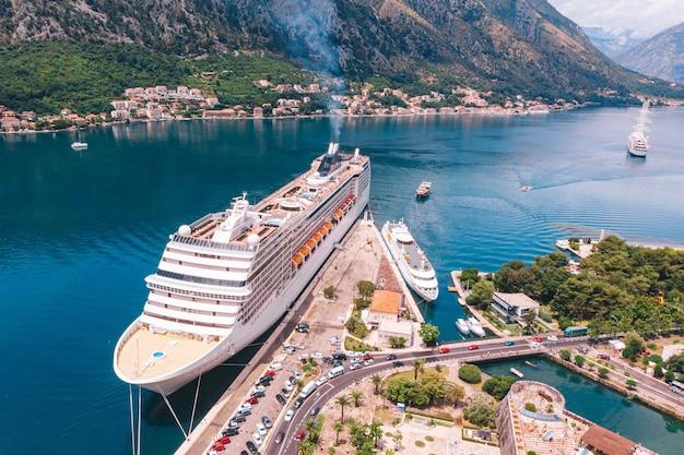 Een groot cruiseschip legde af in de baai van kotor, montenegro