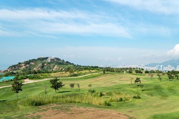 Een groot grasland op golfbaan, qingdao, china