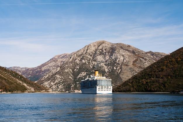 Een groot hoogbouw cruiseschip in de verige strait, in de boko kotor-baai in montenegro
