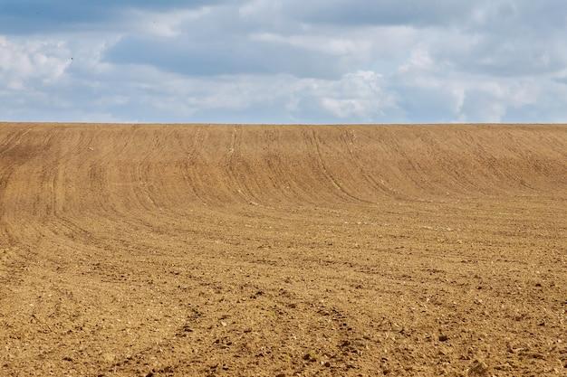 Een groot veld wordt geploegd en is klaar om te zaaien.