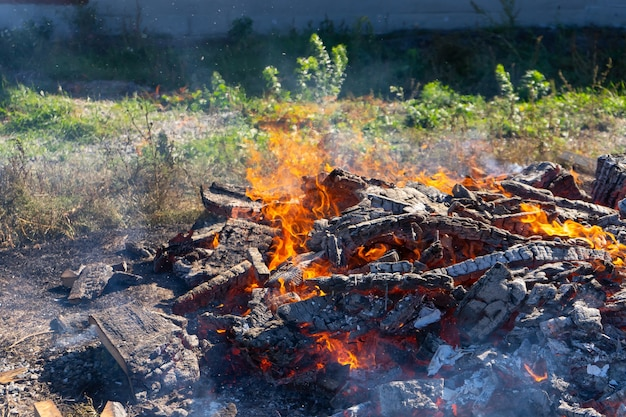 Een groot vuur brandt in de open lucht.