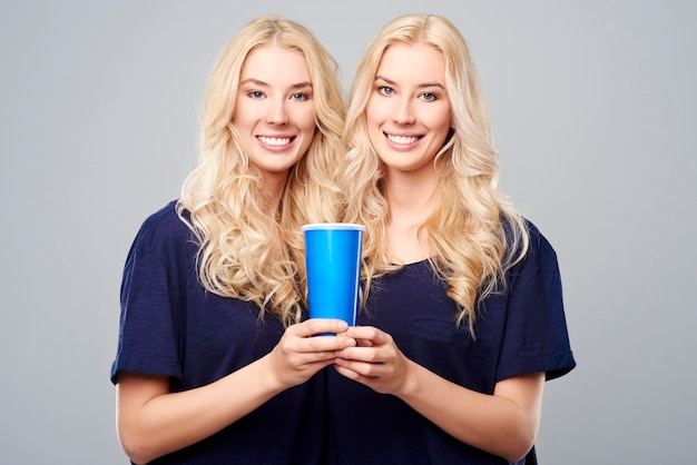 Een grote beker voor twee meisjes