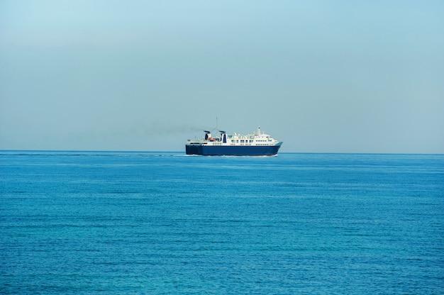Een grote blauwe veerboot voor het vervoer van goederen en mensen gaat op de middellandse zee