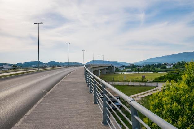 Een grote brug over de haven van milena in ada boyana.