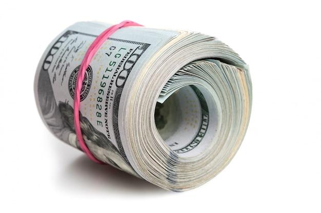 Een grote bundel amerikaanse dollars is uitgerekt met een elastische band.