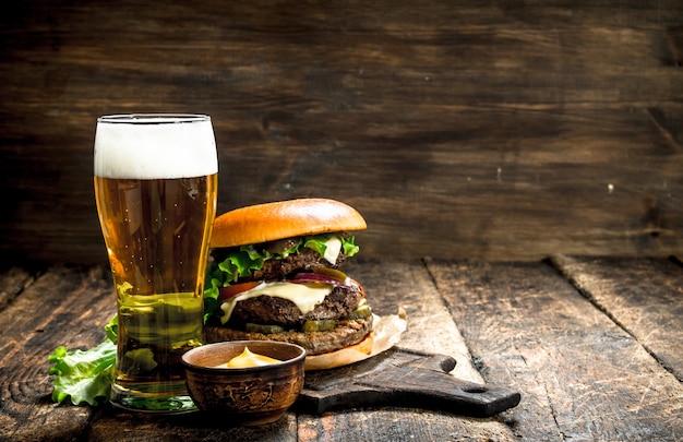 Een grote burger met rundvlees en een glas bier