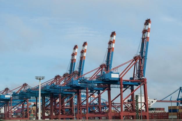 Een grote containerterminal in de zeehaven