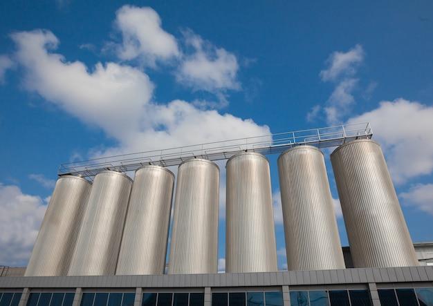 Een grote drankfabriek