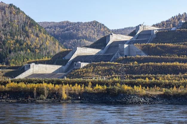 Een grote en zeer hoge hydro-elektrische dam in rusland.