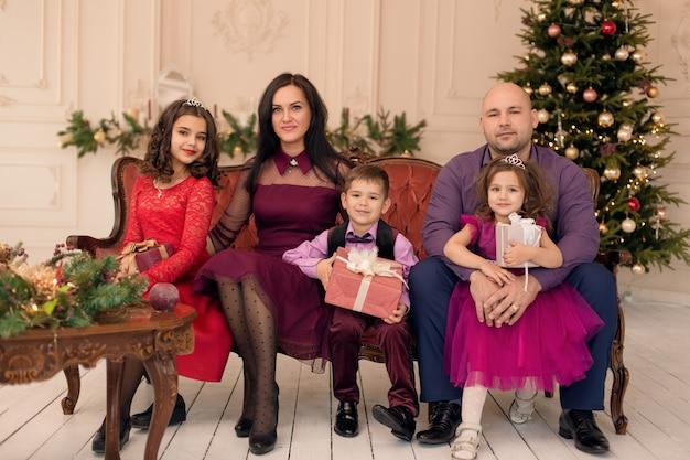 Een grote familie kwam bij elkaar om kerstmis te vieren. warme familievakantie met dierbaren.