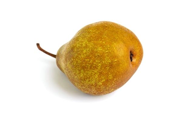 Een grote gele (bruine) peer ligt geïsoleerd op zijn kant.