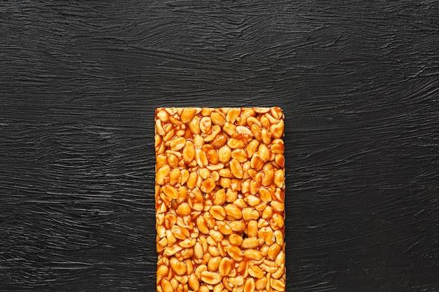 Een grote gouden tegel van pinda's, een reep zoete melasse. kozinaki nuttige en smakelijke zoetigheden van het oosten