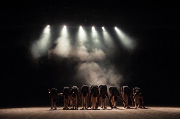 Een grote groep kinderen heeft aan het einde van de voorstelling eerbied.