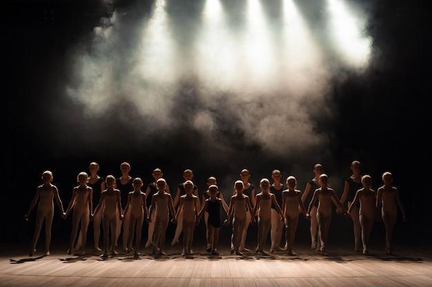 Een grote groep kinderen heeft een eerbied aan het einde van de voorstelling.