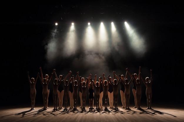 Een grote groep kinderen heeft eerbied aan het einde van de voorstelling.