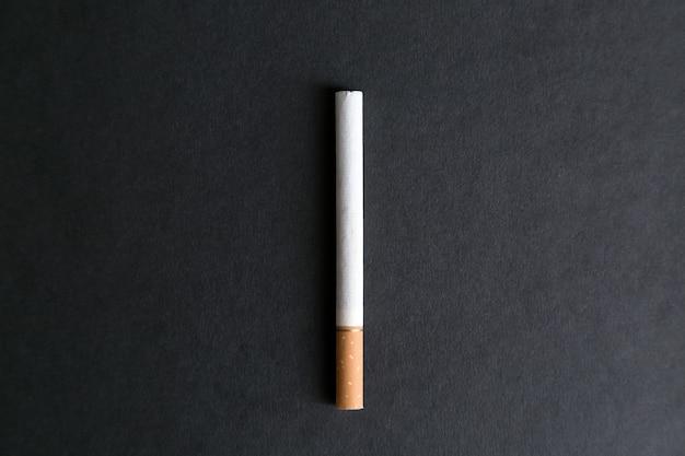 Een grote hele sigaret met tabak