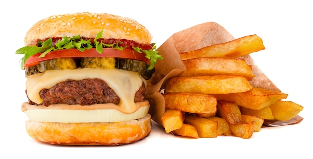 Een grote lange klassieke hamburger hamburger cheeseburger met frietjes geïsoleerd op een witte achtergrond
