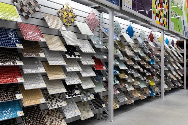 Een grote selectie keramische tegels voor de badkamer op de planken van de winkel.